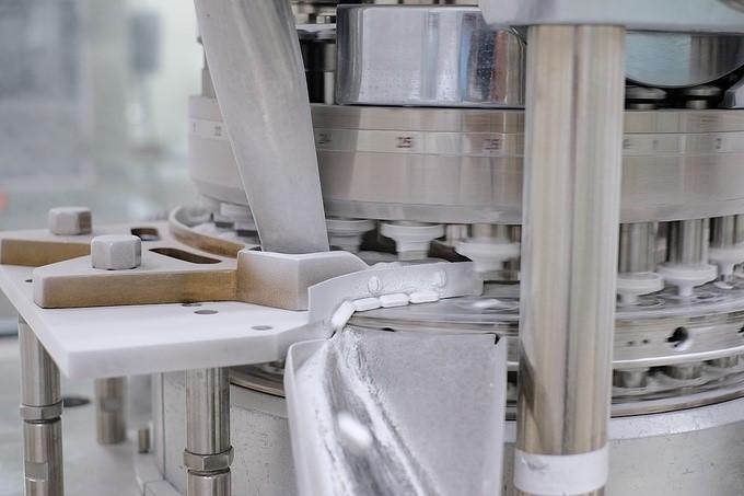 Bên trong dây chuyền sản xuất thuốc đạt chuẩn Japan GMP của Dược Hậu Giang.